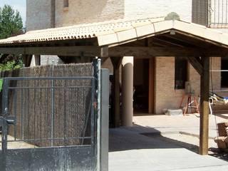 Porche garaje de madera de PergolasyPorches.com Rural