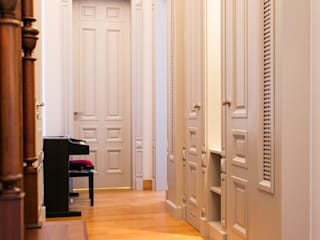 Classic style corridor, hallway and stairs by Anna Buczny PROJEKTOWANIE WNĘTRZ Classic