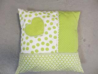 Kussen met groene patchwork:   door Leonietje's