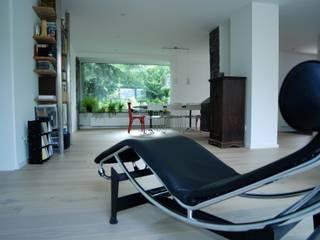 モダンデザインの リビング の lauth : van holst architekten モダン