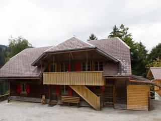 Neuer Fluchtbalkon : moderne Häuser von Mäder + Luder Architekten AG