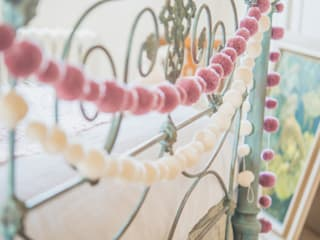 Pom Pom Garlands in a Bedroom من PomPom Galore كلاسيكي