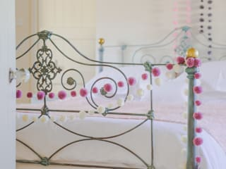 Pom Pom Garlands in a Bedroom Quartos clássicos por PomPom Galore Clássico