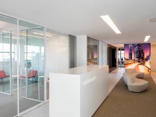 E-BO CORPORATE / Ieper / Architect: Rik Behaegel - Steven Vercruysse Espaces commerciaux modernes par MONAVISA bvba Moderne
