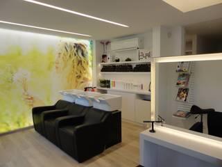SYLVIE'S HAIRDESIGN / Ingelmunster / Architect: Charlotte Verhelst Espaces commerciaux modernes par MONAVISA bvba Moderne