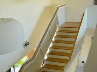Vestíbulos, pasillos y escaleras de estilo  por Andrea Martinelli Architetto