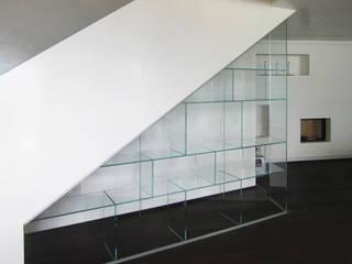 Libreria su misura con cristalli incollati raggi UV.:  in stile  di Vetreria f.lli Paci