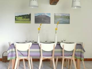 Une longère percheronne  tournée vers la nature: Salle à manger de style  par Florence BONTEMPS