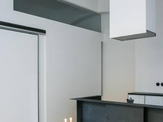Cocinas de estilo  de DARC Architects // Darmawan Architekten,