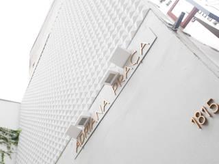 Loja de roupas femininas Adriana Praça.: Lojas e imóveis comerciais  por Arquitetura Juliana Fabrizzi