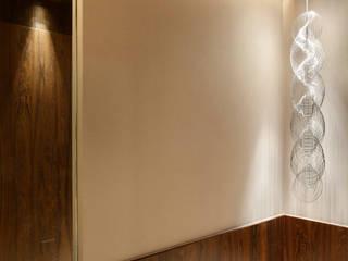 Residência Vieira Souto: Corredores e halls de entrada  por Bezamat Arquitetura