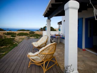 Country style balcony, veranda & terrace by xavi requeno Country