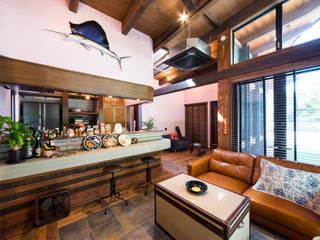 リゾート感溢れるビンテージデコラティブハウス パパママハウス株式会社 リビングルーム棚
