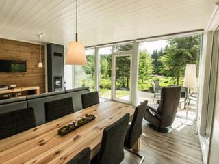 Handgefertigte Massivholzmöbel fügen sich in den freien Blick auf den Thüringer Wald harmonisch ein... : landhausstil Esszimmer von Ferienhaus Lichtung       im grünen Herzen Deutschland