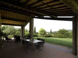 Studio Tecnico Fanucchi Balkon, Veranda & Terrasse im Landhausstil