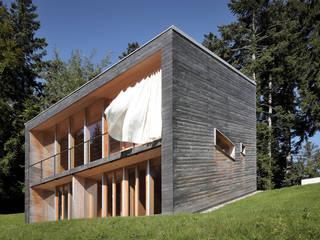 Bienenhus - Ansicht mit wehendem Sonnenschutz: moderne Häuser von Yonder – Architektur und Design