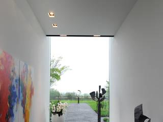 Le moellon Couloir, entrée, escaliers modernes par Luc Spits Interiors Moderne