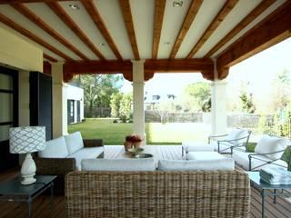 porche : Jardines de invierno de estilo  de La Californie