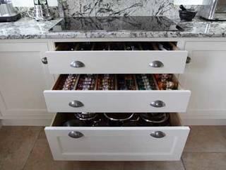 Kitchen details par John Ladbury and Company Classique