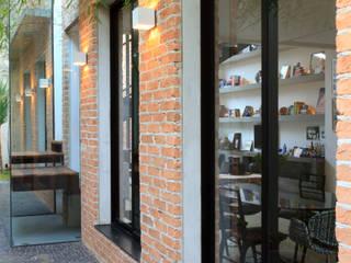 Couloir, entrée, escaliers modernes par PAULA BITTAR ARQUITETURA Moderne