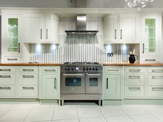 Tradition with stripey glass splashback Classic style kitchen by Intoto Kitchens Salisbury Classic