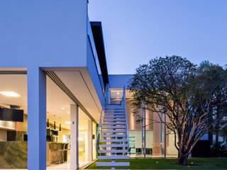 Modern corridor, hallway & stairs by Raffo Arquitetura Modern