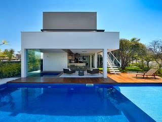 Casa Jabuticaba: Piscinas  por Raffo Arquitetura