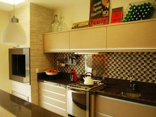 Área de lazer com espaço para refeições, cozinha e pub particular Cocinas de estilo ecléctico de Sandro Clemes Ecléctico