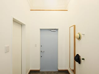 パパママハウス株式会社 Modern Corridor, Hallway and Staircase