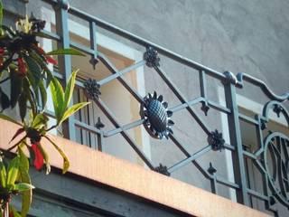 RINGHIERA POGGIOLO PERSONALIZZATA Balcone, Veranda & Terrazza in stile classico di LA FUCINA ITALIANA SRL Classico