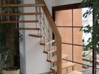 Maison Bbio: Couloir et hall d'entrée de style  par AeA - Architecture Eric Agro