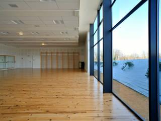salle de danse: Lieux d'événements de style  par COMPOSITE architectes