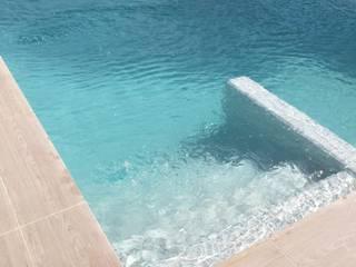 Escalera de acceso a piscina Piscinas de estilo minimalista de SAUCO DESIGN S.L. Minimalista
