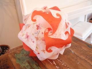 handgefertigte Designerlampe aus orangener Faserseide, weißem Naturpapier mit Maulbeerfasern und Schmetterlingsmotiv:   von Zappies
