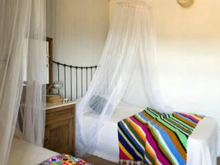 Casa de campo en Galicia: Dormitorios de estilo  de Oito Interiores