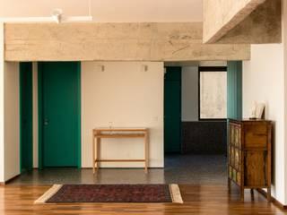 Sala de estar com vista para o Hall: Salas de estar  por Ruta arquitetura e urbanismo