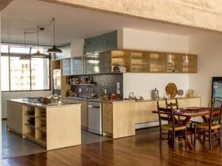 Cozinha integrada com a sala: Cozinhas  por Ruta arquitetura e urbanismo