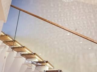 Schody na  antresolę nad salonem: styl , w kategorii Korytarz, przedpokój zaprojektowany przez Tarna Design Studio