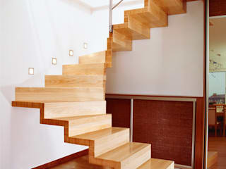 Schody Nowoczesny korytarz, przedpokój i schody od Anna Buczny PROJEKTOWANIE WNĘTRZ Nowoczesny