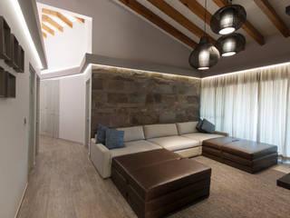 Salas de estilo rústico de kababie arquitectos Rústico