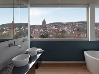 HAUS IN WEIL DER STADT: moderne Badezimmer von AMP Architekten