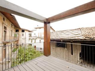 esterno2: Terrazza in stile  di studio x architettura