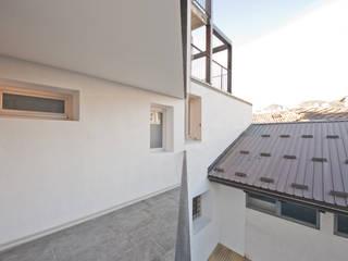 esterno1: Terrazza in stile  di studio x architettura
