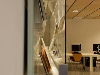 Vitrina Biblioteca Enric Bricall. Escuela Superior de Diseño Elisava. Escuelas de estilo mediterráneo de Morgui Súnico Mediterráneo