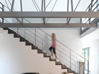 Blick ins offene Treppenhaus:  Flur & Diele von Koschany + Zimmer Architekten KZA