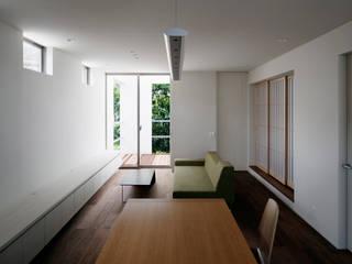 Salas de estilo moderno de 松岡淳建築設計事務所 Moderno