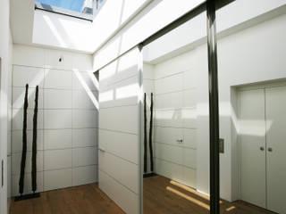 Pasillos, vestíbulos y escaleras de estilo moderno de Kiebitzberg® Gruppe Moderno
