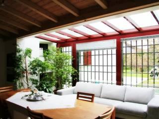 """Abitazione privata """"laGanga Wines"""" Balcone, Veranda & Terrazza in stile moderno di Studio Tecnico Fabbro Moderno"""