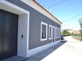 Casa Duarte: Casas  por doisarquitectos . Alexandre e Costa ,Rústico