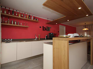 Taverna in rosso tra svago e relax Cucina eclettica di Forme per Interni Eclettico